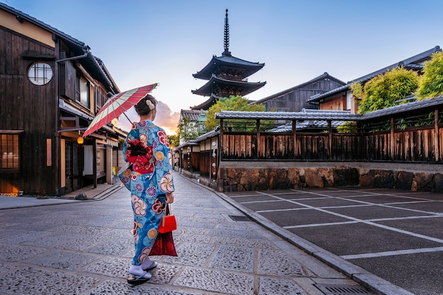 Femme Portant Un Kimono Traditionnel Japonais Avec Parapluie à La Pagode Yasaka Et La Rue Sannen Zaka à Kyoto, Au Japon. Photo gratuit