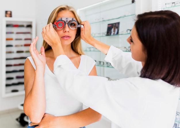 Femme portant des lunettes d'essai Photo gratuit