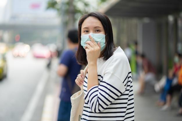 Une Femme Portant Un Masque Facial Protège Le Filtre Contre La Pollution De L'air (pm2,5) Ou Porte Du N95 Photo Premium