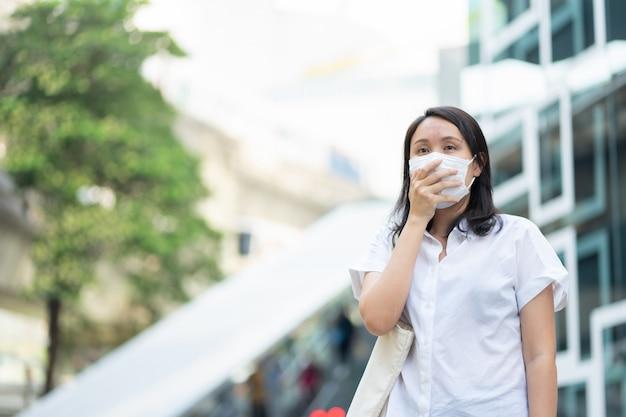 Une Femme Portant Un Masque Facial Protège Le Filtre Contre La Pollution De L'air (pm2.5) Photo Premium