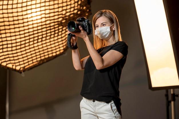Femme Portant Un Masque Médical Et Prenant Des Photos Photo gratuit