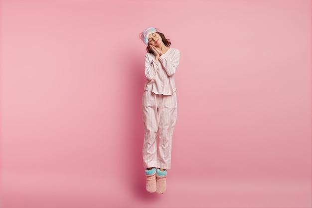 Femme Portant Un Masque De Sommeil Et Un Pyjama Photo gratuit