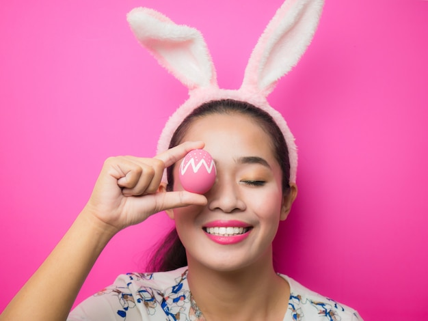 Femme portant un serre-tête oreilles de lapin à pâques Photo Premium