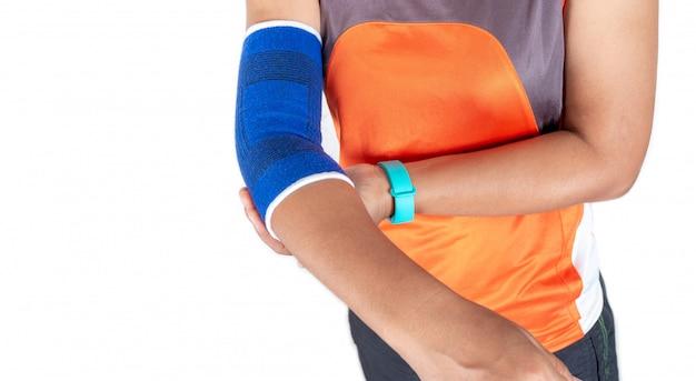Femme portant un support de coude en raison d'une blessure liée à l'exercice, concept de soins de santé. Photo Premium