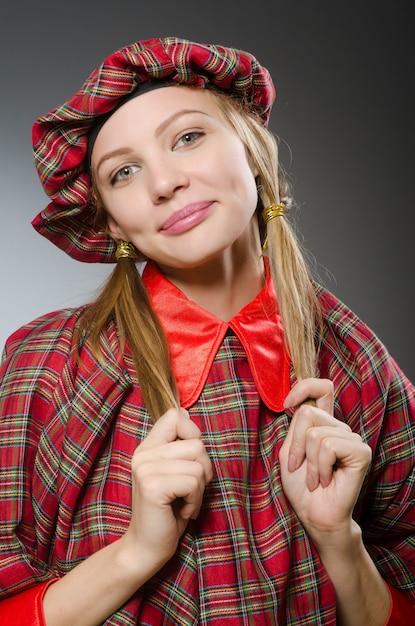 Femme portant des vêtements écossais traditionnels Photo Premium