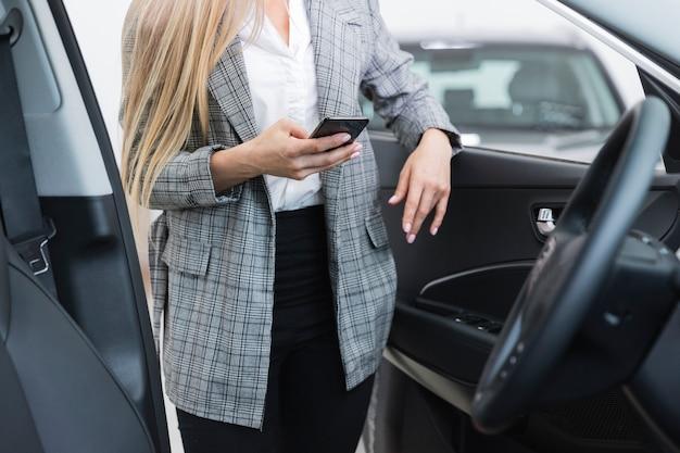 Femme Avec Porte Ouverte Photo gratuit