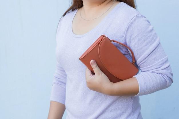 Femme avec portefeuille orange Photo Premium