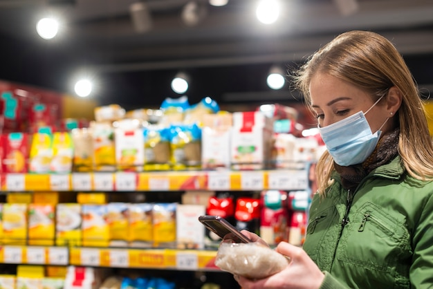 Femme, Porter, Masque Facial, Dans, Supermarché Photo Premium