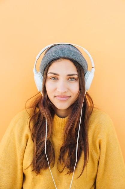 Femme, porter, sweatshirt, écoute, musique, sur, écouteurs Photo gratuit