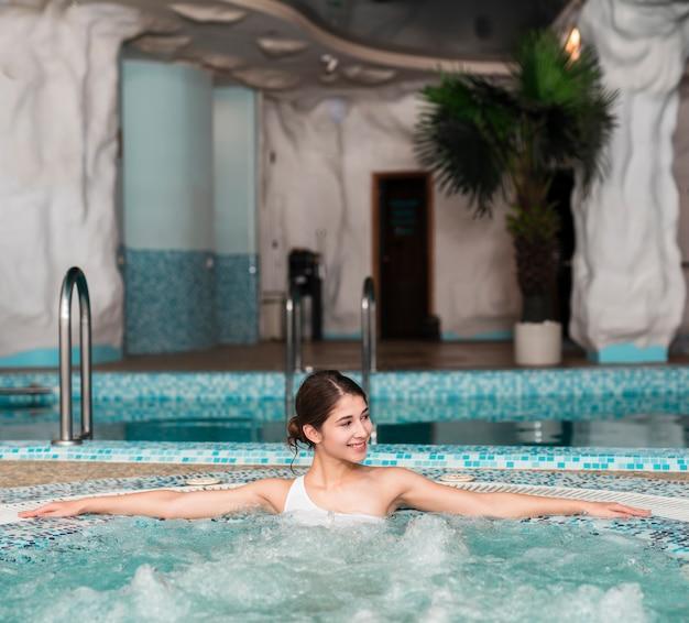 Femme Posant Détendue Dans Le Bain à Remous Photo gratuit