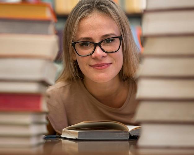 Femme Posant Avec Des Livres Photo gratuit