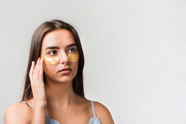 Femme Posant Avec Masque Photo gratuit
