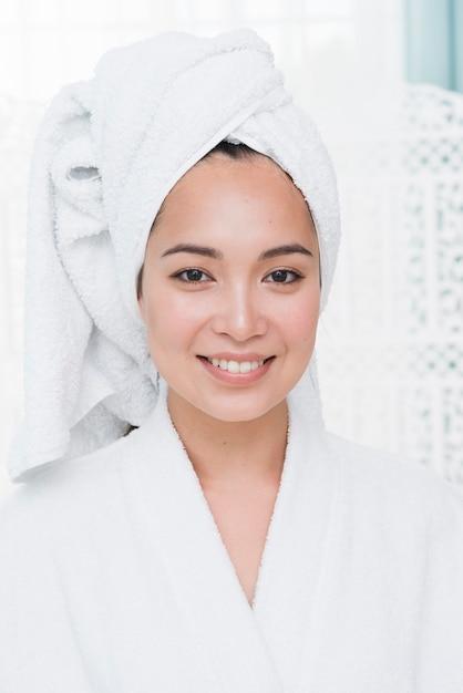 Femme posant avec un peignoir dans un spa Photo gratuit