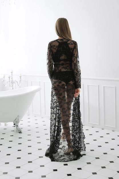 Femme Pose Dans Une Robe Photo gratuit