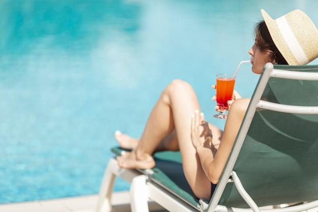 Femme, pose, lit, apprécier, boisson Photo gratuit