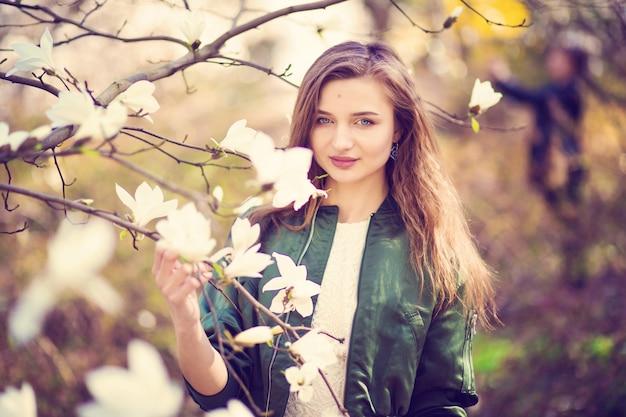 Femme, poser, magnolia, jardin Photo Premium