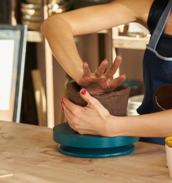 Femme, poterie céramique, mains, gros plan, foyer, potiers, paumes, poterie Photo Premium