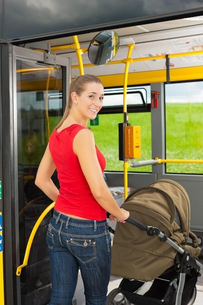 Femme, poussette, monter, autobus Photo Premium