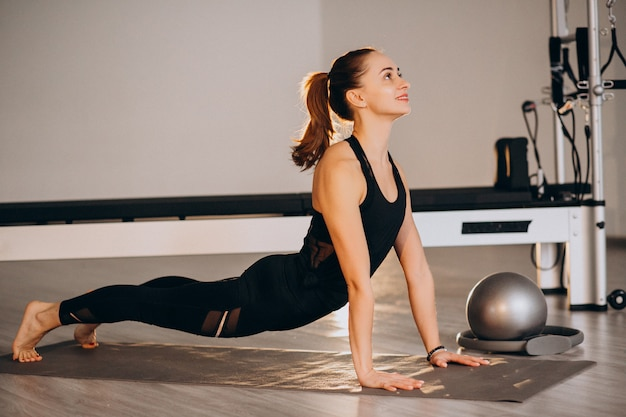 Femme pratiquant le yoga et le pilates Photo gratuit