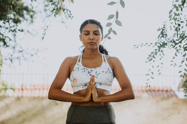 Femme pratiquant le yoga pour se détendre Photo gratuit