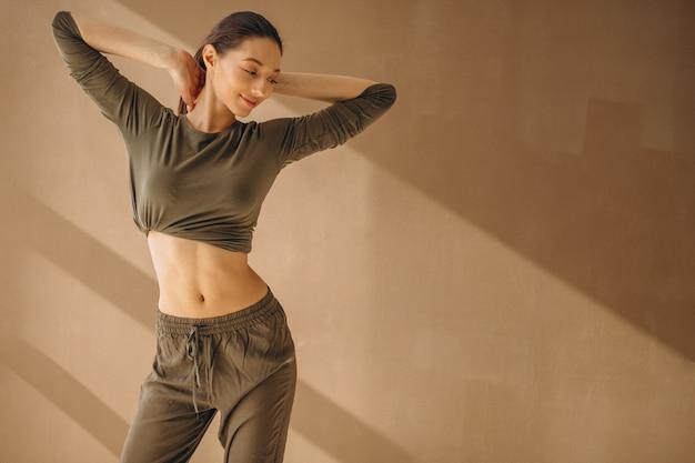 Femme pratiquant le yoga Photo gratuit