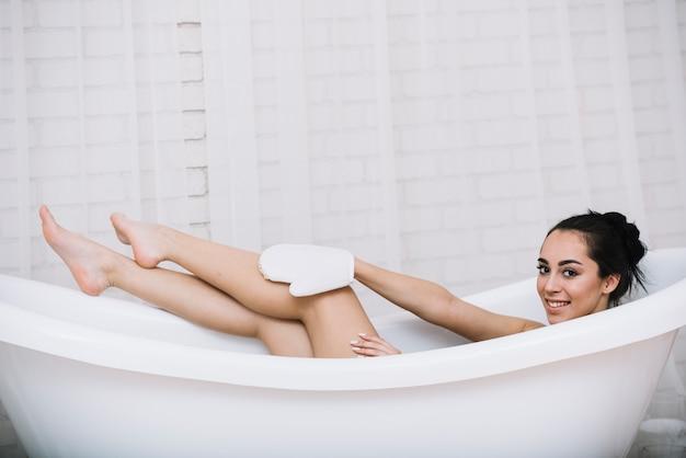 Femme prenant un bain relaxant dans un spa Photo gratuit