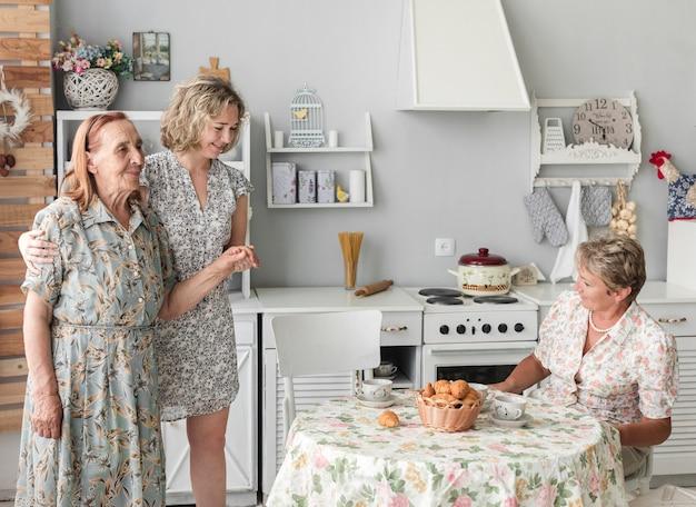 Femme prenant soin de sa grand mère à la maison Photo gratuit