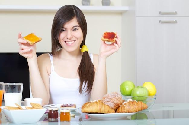 Femme prend un petit-déjeuner à la maison Photo Premium
