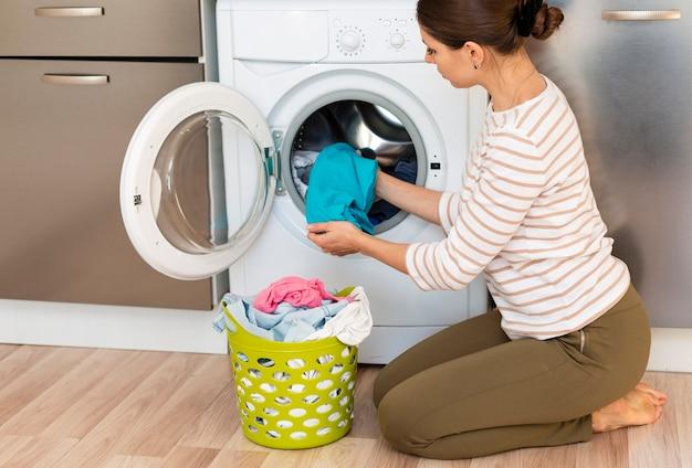 Femme, Prendre, Vêtements, Dehors, Machine à Laver Photo Premium