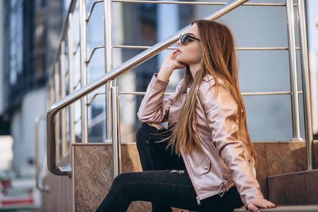 Femme près du centre d'affaires Photo gratuit
