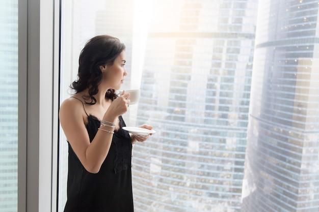 Femme Près De La Fenêtre Photo gratuit