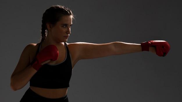 Femme prête à frapper avec des gants Photo gratuit