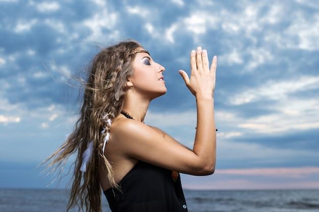 Femme priant vers le ciel Photo gratuit