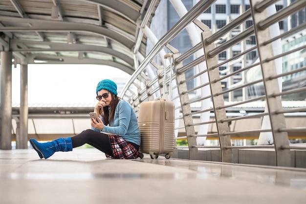 Femme avec problème de transport, retard de vol Photo Premium