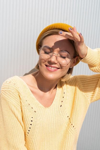 Femme protégeant les yeux du soleil Photo gratuit