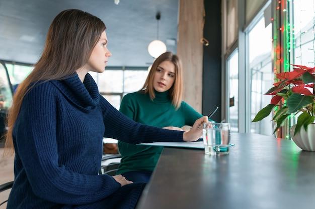 Femme psychologue conseillant de parler à une jeune fille. Photo Premium