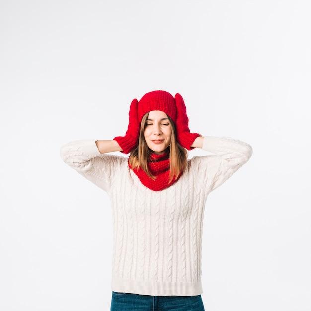 Femme en pull couvrant les oreilles Photo gratuit