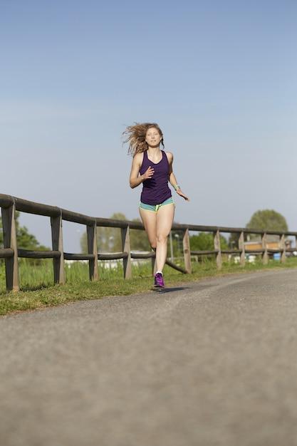 Femme qui court dans le parc Photo Premium