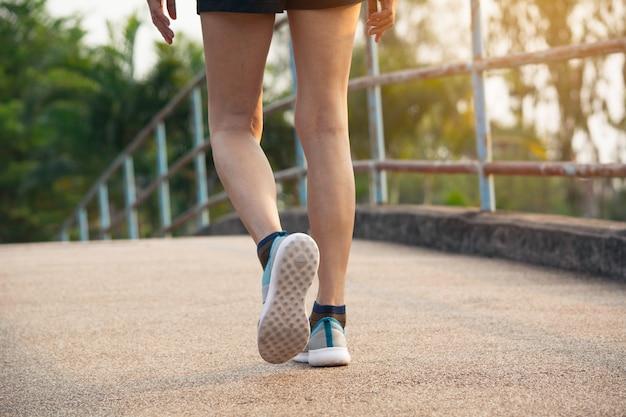 Une femme qui court le matin pour faire du jogging, exercer et concept de mode de vie sain. Photo Premium