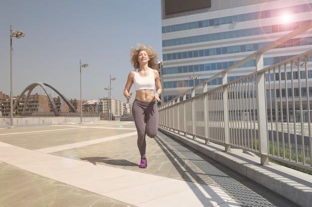 Femme qui court à milan Photo Premium