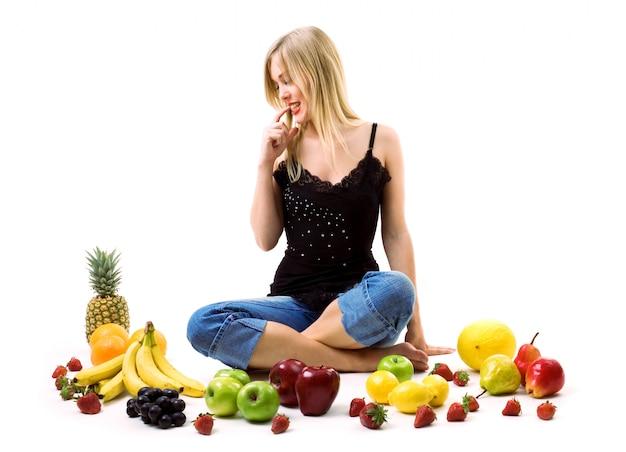 Femme qui décide quel fruit va manger Photo Premium