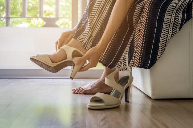 Femme qui décollait chaussures à talons hauts Photo Premium