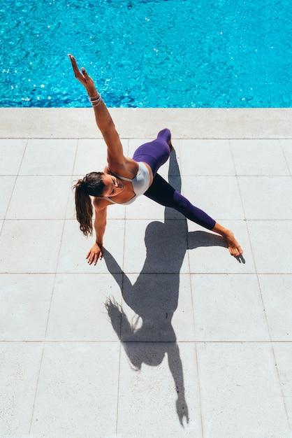 Femme Qui Effectue Des Exercices D'équilibre Extérieur Photo Premium