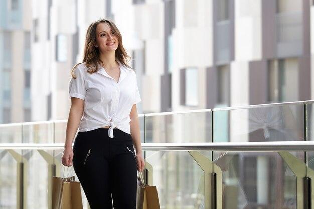 Femme qui marche avec des sacs à provisions Photo Premium