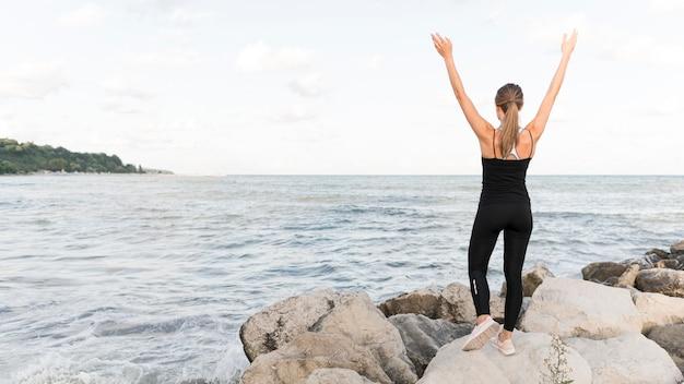 Femme Qui S'étend Sur La Plage Avec Espace Copie Photo gratuit