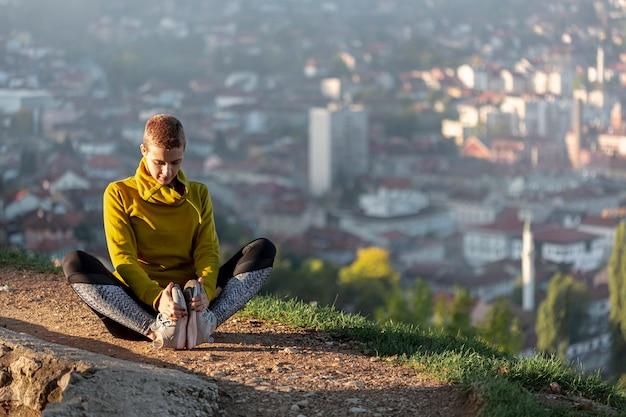 Femme qui s'étend en plein air Photo gratuit