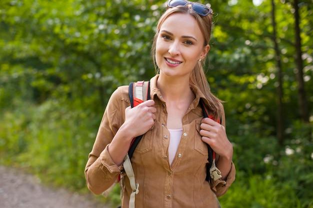 Femme En Randonnée Dans La Forêt Photo gratuit