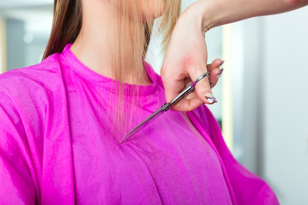 Femme, réception, coupe cheveux, coiffeur, styliste Photo Premium