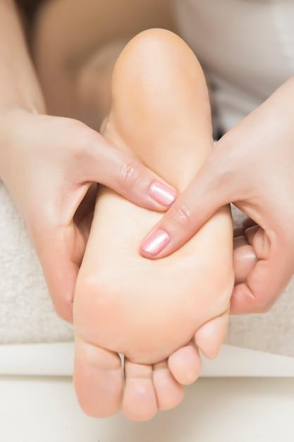 Femme, Réception, Massage Pied, Dans, Spa, Salon Photo Premium