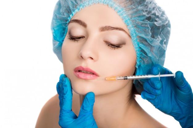 Femme recevant une injection de botox Photo Premium